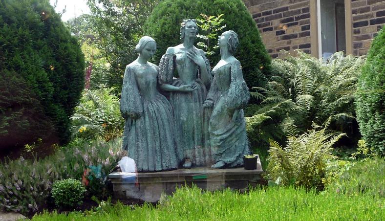 Estatua dedicada a las hermanas Brontë en Haworth.